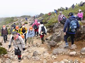 残雪踏みしめて頂へ、安達太良山で山開き開催する。山頂でのイベントは中止。